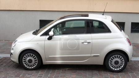 fiat 500 pearly color parked