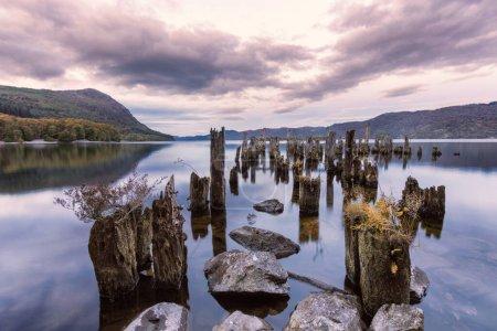 Photo pour Le loch Ness est un grand loch d'eau douce profond des Highlands écossais qui s'étend sur environ 23 miles au sud-ouest d'Inverness. Sa surface est de 52 pieds au-dessus du niveau de la mer. Loch Ness est surtout connu pour les observations présumées du Loch Ness M cryptozoologique - image libre de droit