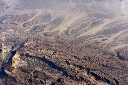 Vue aérienne du désert avec des terrains accidentés et vallonnés