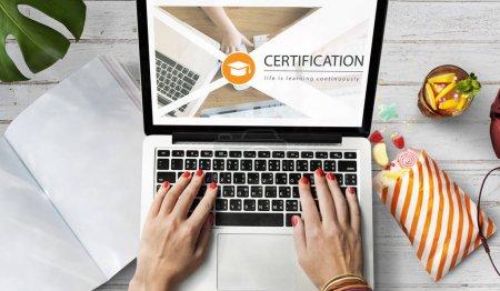 mujer escribiendo en computadora portátil