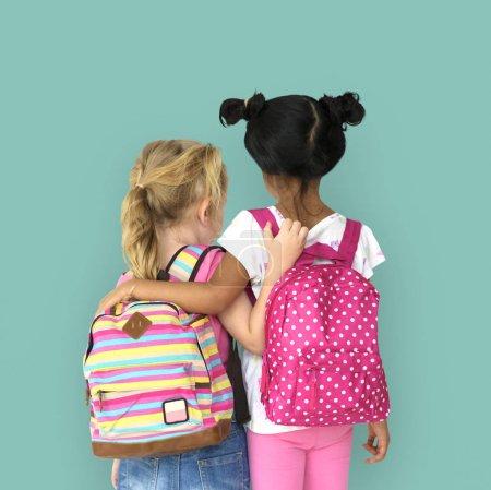 filles d'âge préscolaire avec sacs à dos