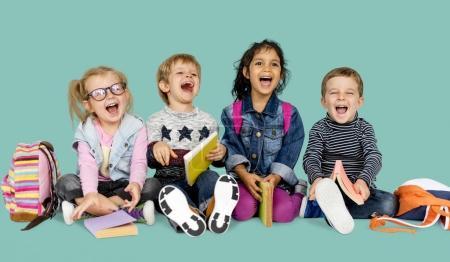 enfants d'âge préscolaire en studio