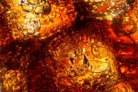 Photo pour Cubes de glace en verre rempli de Coca Cola. Bulles de soda. Gros plan. Boisson fraîche retentissante - image libre de droit