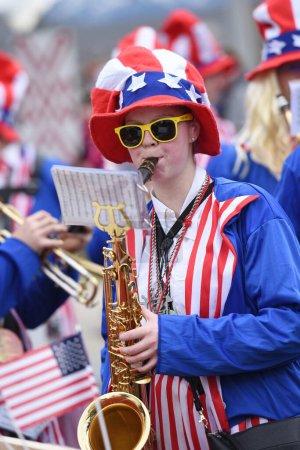 Photo pour Carnaval du Salzkammergut - c'est toujours le cas - un orchestre de cuivres américain lors d'un carnaval (Haute-Autriche, Autriche)). - image libre de droit