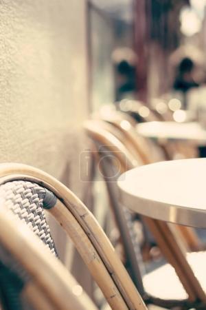 Photo pour Chaises et tables d'un café en plein air à Paris - image libre de droit
