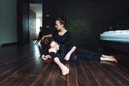 Photo pour Maman et deux filles passent du temps ensemble dans le salon - image libre de droit