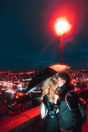 Photo pour Amour jeune couple dans le fond de la Tbilissi . - image libre de droit