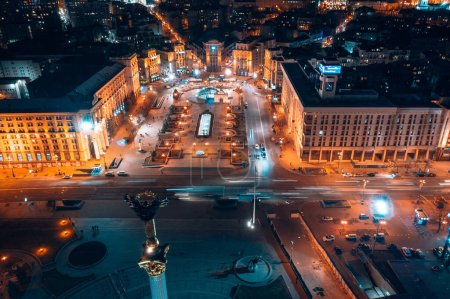 Photo pour Maidan Nezalezhnosti est la place centrale de la capitale ukrainienne pendant la nuit.. - image libre de droit