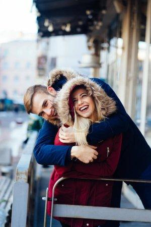 Photo pour Les jeunes souriants heureux couple européen serré dans l'hiver. Bonne idée de couple - image libre de droit