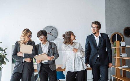 Foto de Personas de negocios que se encuentran en la oficina y que se presentan a la cámara - Imagen libre de derechos