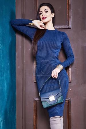 Photo pour Femme brune sexy maigres affaires style robe bleu corps parfait tricot forme régime occupé glamour lady style décontracté Secrétaire protocole diplomatique Bureau uniforme hôtesse étiquette costume porte intérieure. - image libre de droit