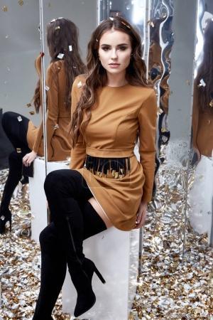 Photo pour Belle jeune femme sexy brune cheveux bouclés lumineux maquillage du soir joli visage porter des vêtements de luxe style de robe élégante pour célébrer fête vacances Noël Nouvel An miroir paillettes brillantes accessoire . - image libre de droit
