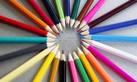 Photo pour Gros plan de crayons de couleur en cercle sur fond gris - image libre de droit