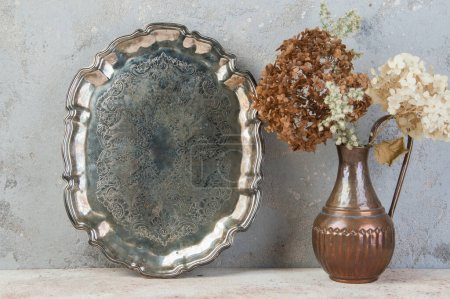Photo pour Plateau métallique vintage sur fond en béton. Espace de copie pour le texte. - image libre de droit