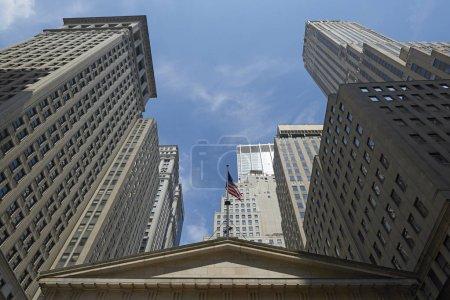 Photo pour Gratte-ciel de Manhattan à New York avec un ciel bleu en arrière-plan - image libre de droit