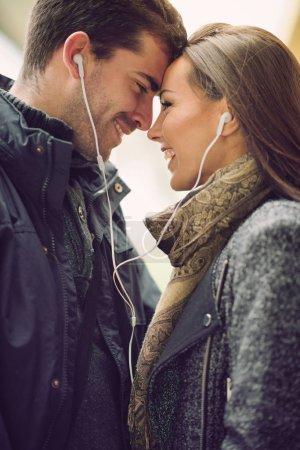 couple écoutez de la musique ensemble