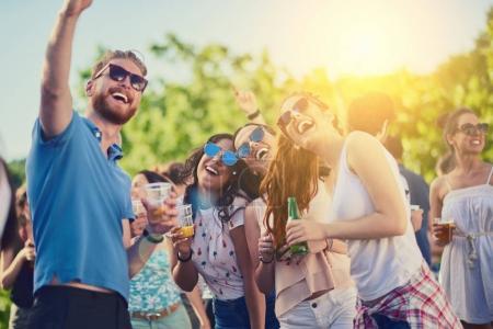Photo pour Les jeunes sur la fête célébrer et avoir du plaisir en plein air - image libre de droit