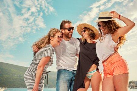 Foto de Amigos divertirse al aire libre en la playa, viajes concepto - Imagen libre de derechos