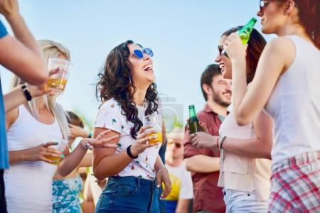 Photo pour Les gens sont amusent sur partie en plein air, célébrant - image libre de droit