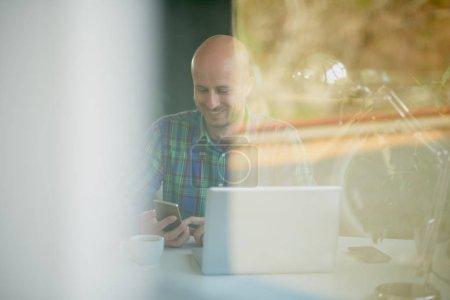 Photo pour Image floue de l'homme d'affaires travaillant au bureau - image libre de droit