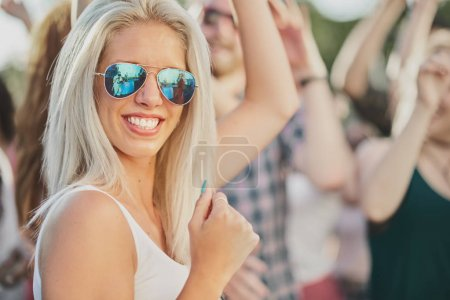 Photo pour Les gens sont amuser sur la partie à l'extérieur - image libre de droit