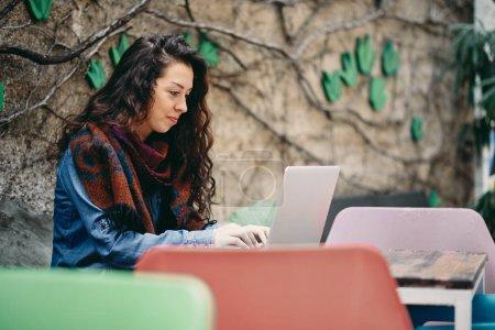 Photo pour Portrait extérieur de belle jeune femme en utilisant un ordinateur portable - image libre de droit