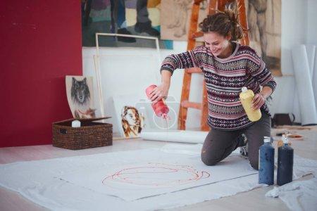 Photo pour Femme artiste peinture sur le plancher - image libre de droit