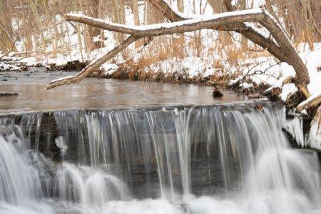 Photo pour Petites chutes d'eau mini hiver - image libre de droit