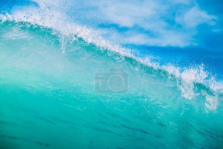Photo pour Vague turquoise dans l'océan. Vague cristal et ciel bleu - image libre de droit
