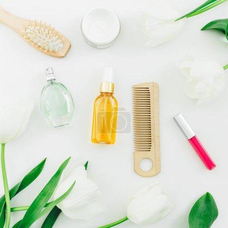 Photo pour Vue de dessus de divers produits cosmétiques avec des tulipes sur fond vibrant - image libre de droit