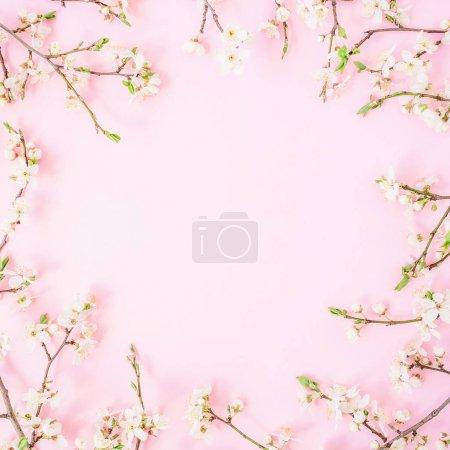 Composition florale à base de fleurs blanches sur fond rose. Couché à plat, vue de dessus. Valentines fond de fête