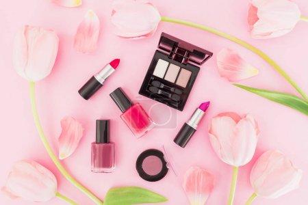 Photo pour Composition avec des produits cosmétiques et des tulipes roses sur fond rose - image libre de droit