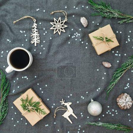 Décorations de Noël, arbre à feuilles persistantes, flocons de neige, tasse de café an