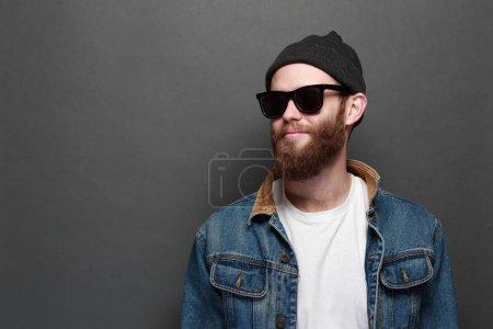 Photo pour Hipster avec barbe portant des lunettes et des vêtements décontractés - image libre de droit