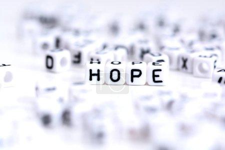 Photo pour Mot d'espoir fabriqué à partir de blocs d'alphabet en plastique, se tient en arrière-plan blanc . - image libre de droit
