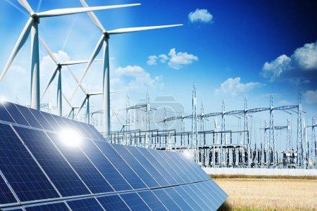 Foto de Concepto de energía renovable con conexiones de red paneles solares y turbinas eólicas - Imagen libre de derechos