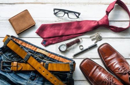 Vêtements et accessoires pour hommes sur le sol en bois
