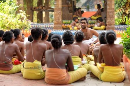 Étudiants non identifiés dans une école traditionnelle de Brahmin