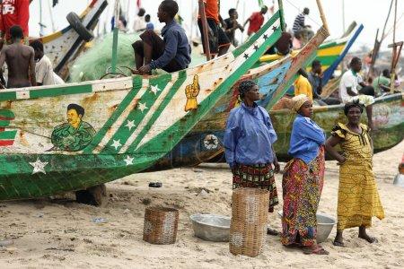 Photo pour WINNEBA - GHANA - 23 JUILLET 2017 : Femmes non identifiées sur la plage le 23 juillet 2017 à Winneba, Ghana. La pêche illégale par des navires étrangers menace les villages de pêcheurs traditionnels au Ghana . - image libre de droit