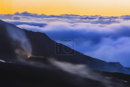 Vulkanausbruch bei Sonnenaufgang auf der Insel La Réunion