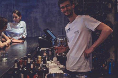 Barman souriant à la caméra