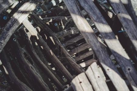 Photo pour Construction de grumes en bois à la lumière du soleil - image libre de droit