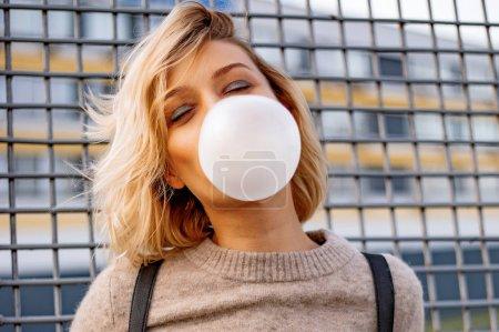 Photo pour Jeune fille urbaine élégante. Portrait émotionnel extérieur d'une femme active - image libre de droit