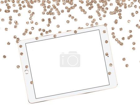 Modèle de bureau en or de Noël, tablette sur fond blanc