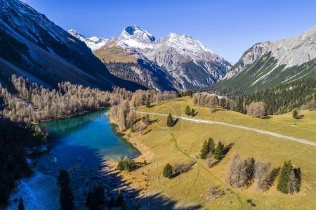 Photo pour Vue aérienne du col de l'Albula dans les Alpes de Suisse - image libre de droit