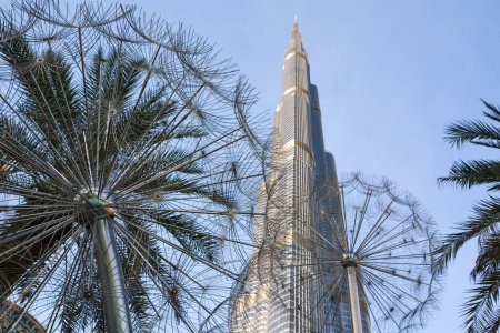Photo pour Enchanteur burj khalifa gratte-ciel vue vers le haut en face du ciel bleu clair. - image libre de droit