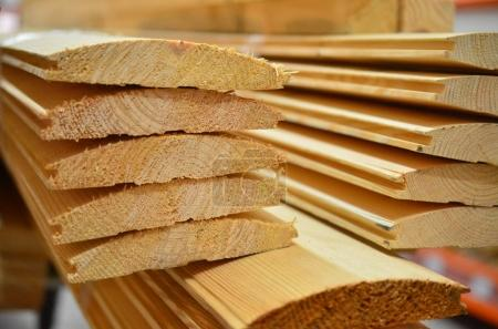 Photo pour Une pile de gros plan prêt de planches sciées - image libre de droit