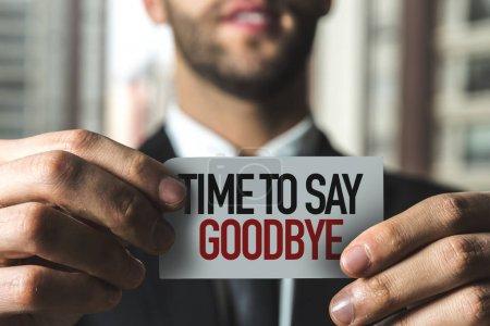 Photo pour Homme d'affaires tenant papier avec temps signe pour dire au revoir - image libre de droit