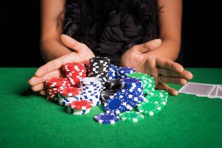 Photo pour Femme, jouer au poker avec tous dans - image libre de droit