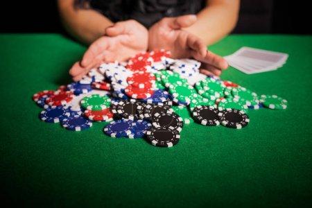 Photo pour Joueur de poker va tout en - image libre de droit